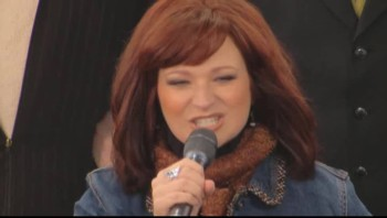 Bill and Gloria Gaither - Bless His Holy Name (Live)