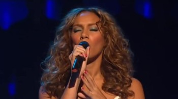 Leona Lewis Singing Footprints in Sand Will Give you Goosebumps!