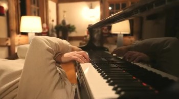 Man Finds the Funniest Way to Play Christmas Carols on the Piano
