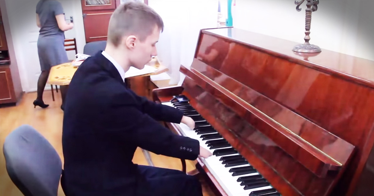Teen Born With No Fingers Beautifully Plays Piano