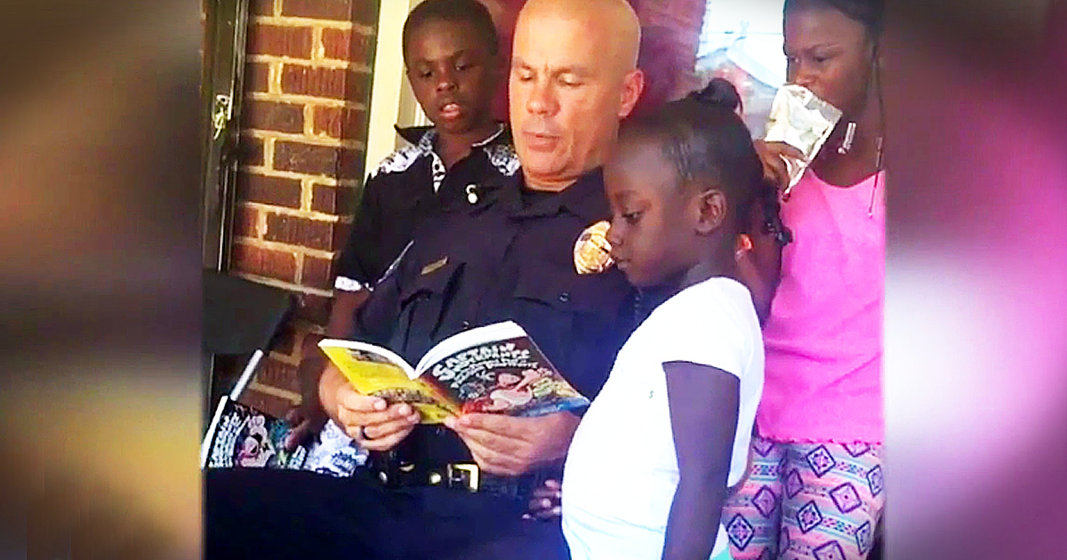 Police Officer Is Spreading Kindness Is The Sweetest Way!